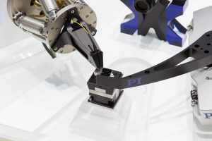 Die Mikroproduktionstechnik verlangt heute sowohl bei der Montage als auch bei der Qualitätssicherung nach präzisen, meist mehrachsigen Positioniersystemen. Der Hexapod lässt sich dank seiner hohen Quersteifigkeit in beliebiger Richtung montieren. Bild: PI