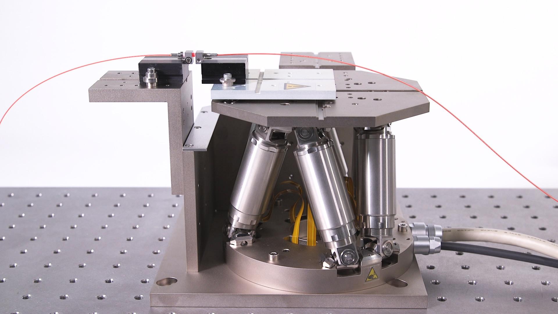 """Auch die Photonik stellt hohe Anforderungen, wenn die Fasern exakt positioniert werden müssen, um das sogenannte """"First light"""" zu erreichen. Bild: PI"""