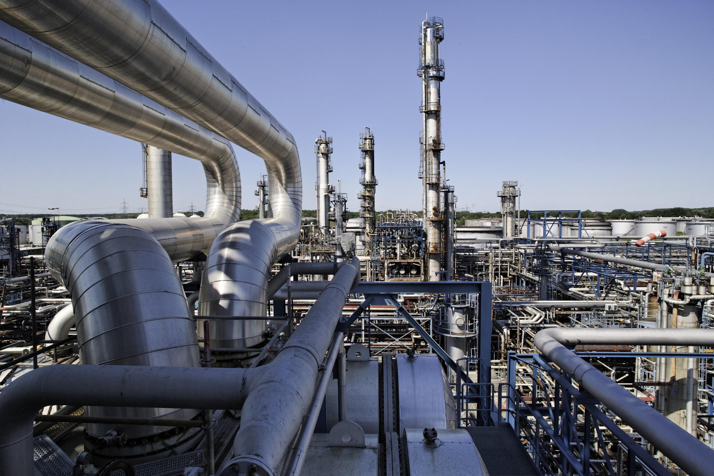 Die Mineraloelraffinerie Oberrhein (MiRO) in Karlsruhe: Der Stillstand im Frühjahr 2015 wurde optimal genutzt. Nicht nur die TÜV-Prüfung stand auf der Agenda, sondern auch zahlreiche Einzelprojekte zur Erhöhung der Anlagenflexibilität, zur Verbesserung der Energieeffizienz sowie der Prozesssicherheit wurden realisiert. Bild: MiRO