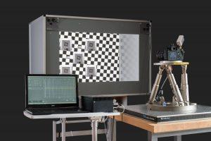Aufbau mit dem System STEVE 6D (Stabilization Evaluation Equipment) für den Test der Bildstabilisierung in einer Kamera: Hier kommt der H-840 zum Einsatz. Bild: Image Engineering