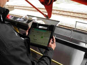 Die Mitarbeiter werden über Tablet und WLAN durch den gesamten Abfüllprozess geführt und können sich innerhalb der Anlage bewegen. Bild: BASF