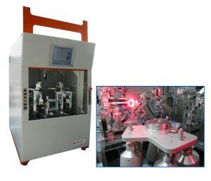 Präzises Ausrichten von Scheinwerferlampen in einer Koordinatenmessmaschine. Bild: PI