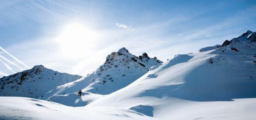 Nur dank Schattierung ist die Struktur der Berge zu erkennen. Bild: Kati Molin / Alamy Stock Foto