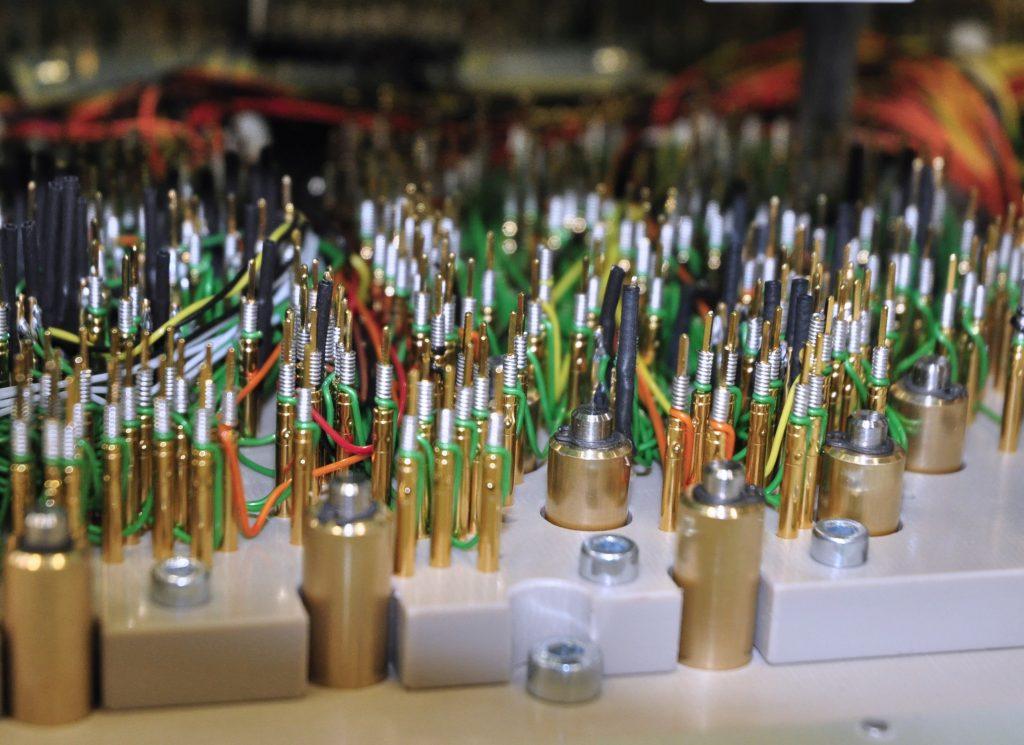 Testnadeln greifen die im Schaltungslayout vorgesehenen Testpunkte ab. So kann automatisiert an jedem beliebigen Knoten der Schaltung gemessen werden. Bild: Engmatec