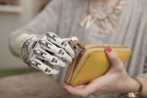 Bionische Handprothesen ermöglichen ihren Trägern viele Tätigkeiten, die für andere Menschen selbstverständlich sind. Bild: Steeper