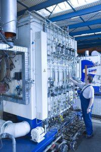 Anwendungsspezifisches Komplettsystem, das fluidische, elektrische und sicherheitstechnische Funktionen kombiniert: Gastableau für Industrieöfen. Bild: Bürkert