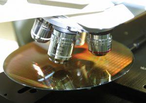Die PIFOC-Z-Antriebe können sehr klein und steif gebaut werden. Sie reagieren mit kurzen Ansprechzeiten und positionieren durch die gute Führung auch bei verhältnismäßig großen Verfahrwegen bis 100 oder sogar 400 µm sehr genau. Bild: Fraunhofer IPT