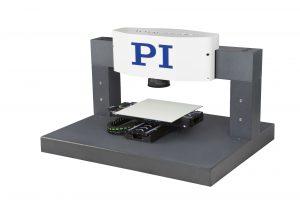 XL-Scanverfahren: Kleine Details erfordern hohe Beschleunigungen und große Flächen bedingen lange Verfahrwege. Dazu werden die Bewegungen von Kreuztisch und Galvanometer-Scanner synchronisiert. Bild: PI