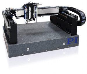 Die Gantry-Systeme mit ihrer hohen Steifigkeit, aber leichten Bewegungsplattformen bieten einen hohen Durchsatz. Kabelmanagement und Bedienung sind dahingehend optimiert, dass vertikale Bewegungsachsen, Autofokus-Sensoren und ein Zuführsystem für den Laser ergänzt werden können. Bild: PI