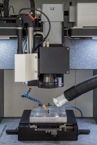 Mehrachsiger Aufbau aus Lineartischen von PI und einem Galvanometer-Scanner von SCANLAB für das Lasermarkieren von Skalen. Bild: PI