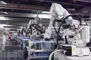 Roboter in der Leergutzentrale sortieren Kisten. Bild: Coop