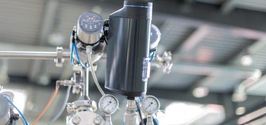 Dampfregelung in CIP-Anlage: Hochpräzises, elektromotorisches Regelventil in Kombination mit pneumatisch angesteuerten Absperrventilen. Bild: Bürkert