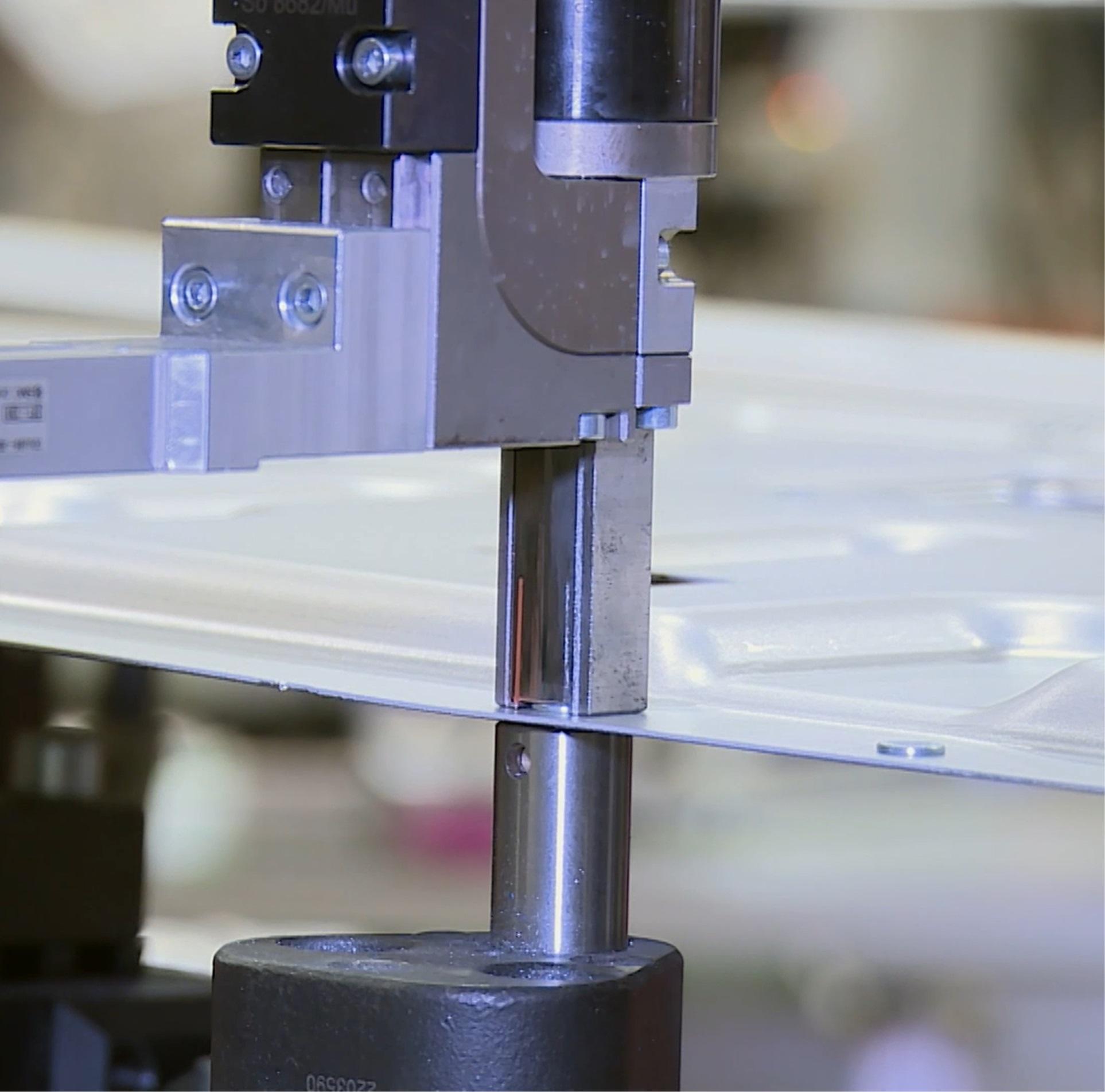 Einzelne Flexweld®-Elemente können über einen C-Bügel (Bild 4a) oder mehrere direkt beim Umformprozess des Bauteils eingebracht werden (Bild 4b). Verschweißt wird dann klassisch per Schweißzange. Quelle: Arnold Umformtechnik