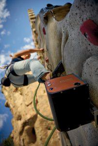 Das backsteingroße Gerät kontrolliert das Seil mithilfe zweier Motoren. Bild: FAULHABER/Auroco