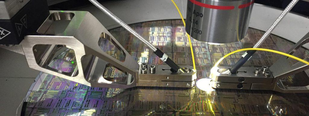 Cascade Microtechs bahnbrechender Photonik-fähiger Wafer-Prober CM300  integriert PIs schnelle mehrkanalige Faserpositioniersysteme für hohen Durchsatz, Wafer-sichere, nanogenaue optische Untersuchung von Silizium-Photonik-Geräte auf Wafer Ebene. Bild: Cascade Microtech, eine Firma der Formfactor Inc. Gruppe