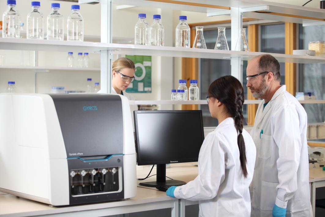 Analysegeräte Gyrolab xPlore leisten einen wichtigen Beitrag bei der Entwicklung von Biologika zur Krebsbekämpfung. Bild: Gyros