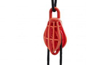 Das bewegliche und belastbare Funktionsbauteil aus Bio-Polyamid wird in einem Schritt ohne nachfolgende Montage additiv gefertigt. In rund 22 Stunden entsteht eine über Gelenke bewegliche Seilrolle samt Gehäuse und Befestigungshaken. Bild: Arburg