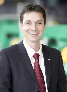 """Martin Neff, Gruppenleiter Vertrieb und Technologie Kunststoff-Freiformen bei Arburg: """"Bei der Taktung des Düsenverschlusses zur Tropfenerzeugung haben wir uns für einen Piezoaktor entschieden, weil wir hier die notwendig hohe Dynamik und Genauigkeit für den Materialaustrag haben."""" Bild: Arburg"""