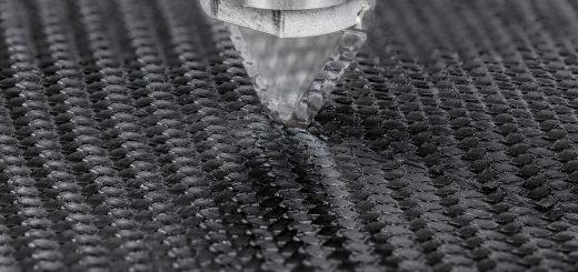 Für die Bearbeitung der im Leichtbau zunehmend verwendeten Werkstoffe bietet das Ultraschallschneiden gute Voraussetzungen. Durch wechselbare Klingenaufsätze ist es heute möglich, ganz unterschiedliche Materialien effizient zu schneiden. Bild: Telsonic