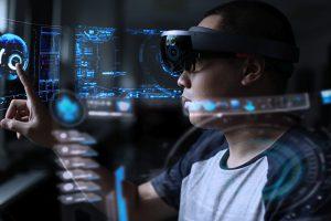 Dokumentation bei der Anlagenwartung: Mit der Microsoft HoloLens hat der Techniker in Zukunft die Hände frei. Bild: Tran / stock.adobe.com