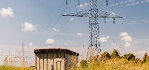 Der Smart-Meter-Rollout erfordert eine komplette Kommunikationsinfrastruktur für den Datenaustausch zwischen Energiekunden und Energieversorgern bzw. Netzbetreibern. Gerade an dezentral gelegenen Trafostationen übernehmen Mobilfunkrouter die Datenkommunikation. Bild: Welotec