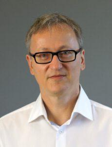 """Dipl.-Ing. Guido Reinartz, Projektleiter DACH bei IVU: """"Die mechanischen und elektrischen Anforderungen an Komponenten, die in Fahrzeugen des öffentlichen Nahverkehrs eingesetzt werden, sind sehr hoch. Die TK-Router werden diesen Anforderungen standardmäßig gerecht."""" Bild: IVU"""