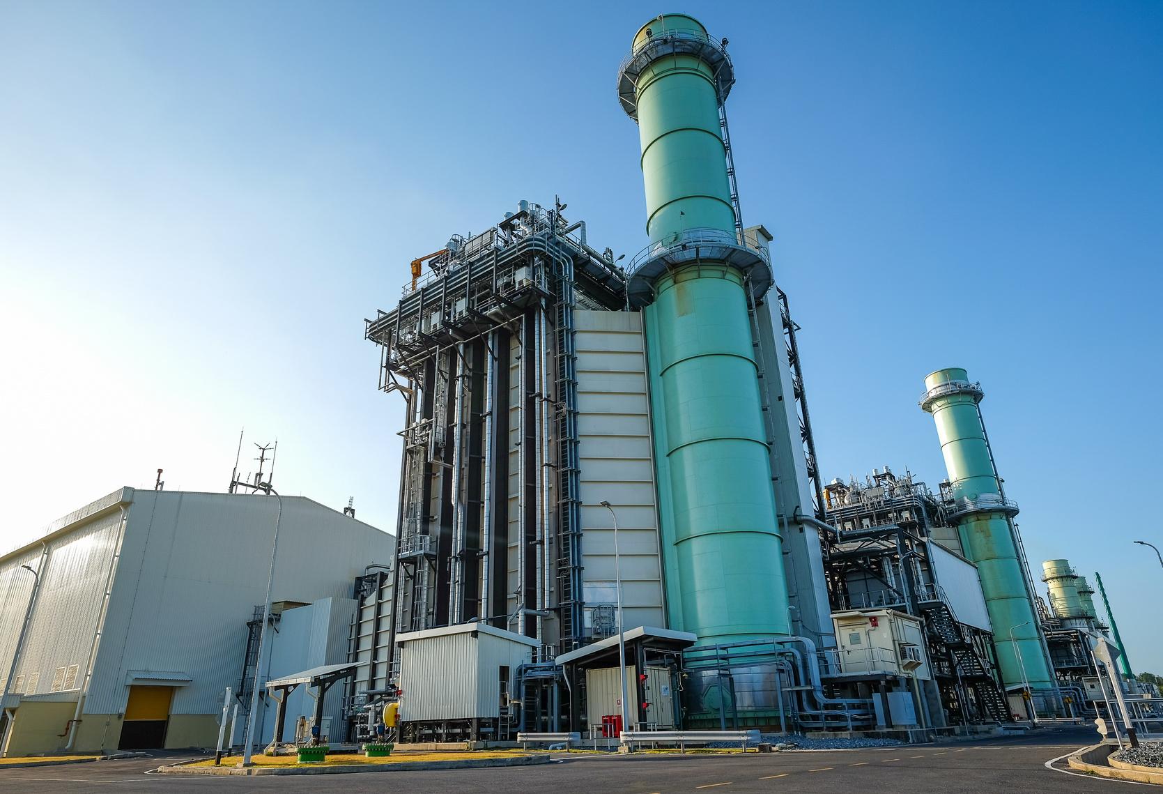 Ein herkömmliches Heizkraftwerk für die Fernwärmeversorgung erfordert hohe Investitionen in Verteilernetze mit erheblichen Wärmeverlusten auf längere Strecken. Bild: tanasan / fotolia.com