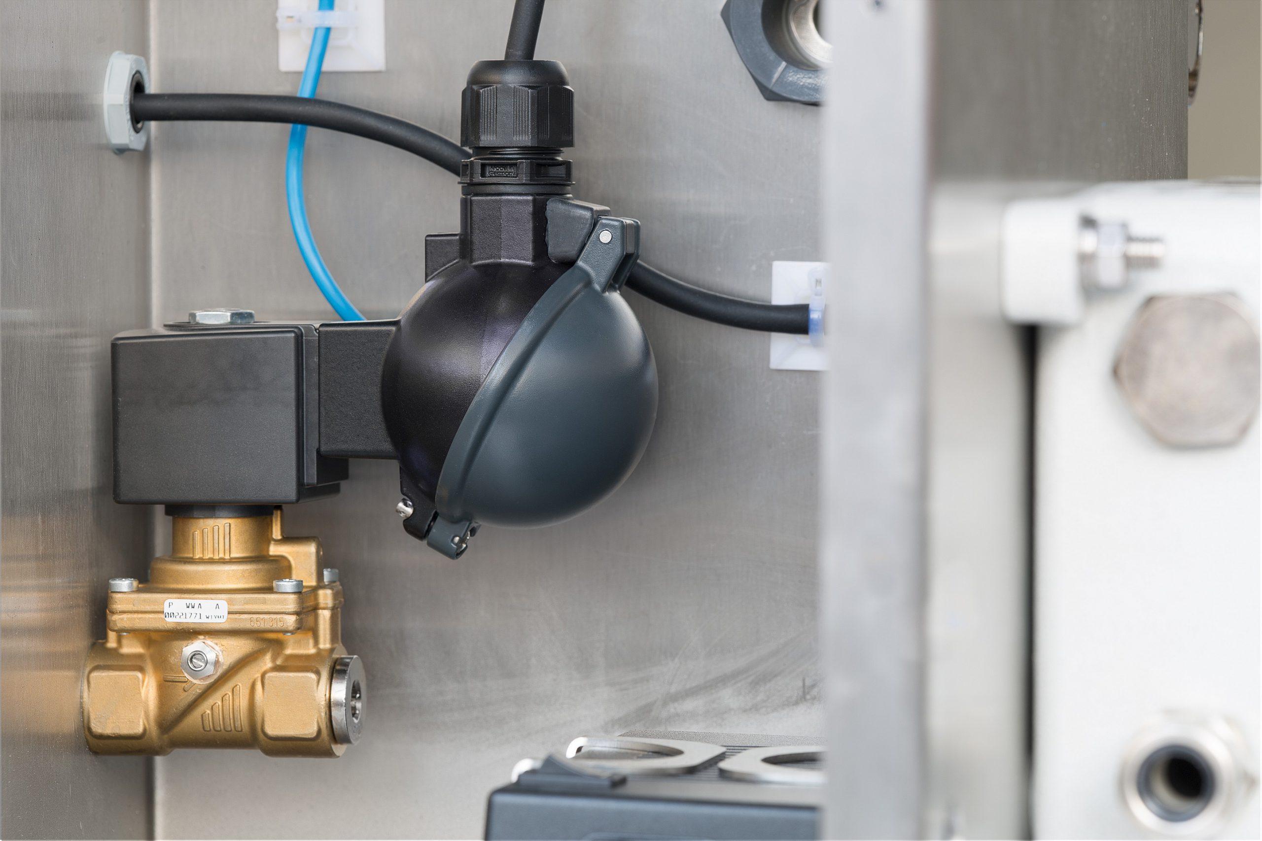 Im Normalbetrieb stromlose Magnetventile mit mechanisch einstellbarer Durchflussmenge bieten einen absolut sicheren und ausfallfreien Betrieb der Ex p Schaltschränke. Bild: Bürkert