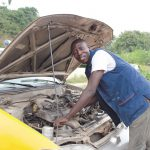 """Patrick E. aus Brafoyaw Cape Coast in Ghana erhielt via Opportunity International Deutschland (OID) die Möglichkeit zu einer Ausbildung zum Automechaniker: """"Ich war schon immer von Autos begeistert"""" Bild: OID"""