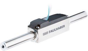 Der Linearmotor liefert trotz der kompakten Statorabmessungen von 20 x 20 x 70 mm (B x H x L) beachtliche mechanische Kennzahlen. Die Dauerkraft des Läuferstabes beträgt 9,2 N, als Spitzen- bzw. Stoßkraft stehen sogar bis zu 27,6 N zur Verfügung. Bild: Faulhaber