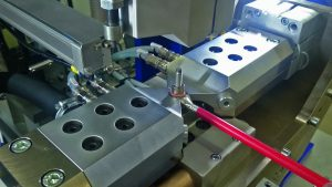 Torsionale Ultraschallschweißanlage in Portalbauweise. Per Pick-and-place werden die Gewindebolzen zugeführt und mit dem Aluminium-Busbar verbunden. Der Schweißvorgang dauert nur 0,9 Sekunden. Bild: Telsonic