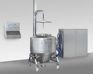 Das speziell für die Reinigung von Containern und Behältern ganz unterschiedlicher Größe ausgelegte System überzeugt vor allem durch seine kompakte Bauweise. Alle für die Förderung und Aufbereitung des Reinigungswassers erforderlichen Komponenten sind in einem kompakten Edelstahlschaltschrank untergebracht. Bild: Fotostudio Schmidt (59929 Brilon)