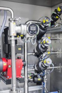 Das komplett aus Edelstahl gefertigte Durchflussmessgerät arbeitet nach dem patentierten SAW-Verfahren (Surface Acoustic Waves). Es misst den Volumendurchfluss mit einer Genauigkeit von 0,4 % des Messwerts. Die Temperatur wird gleichzeitig mit einer Genauigkeit von ≤1 °C gemessen. Bild: L.B. Bohle Maschinen + Verfahren GmbH