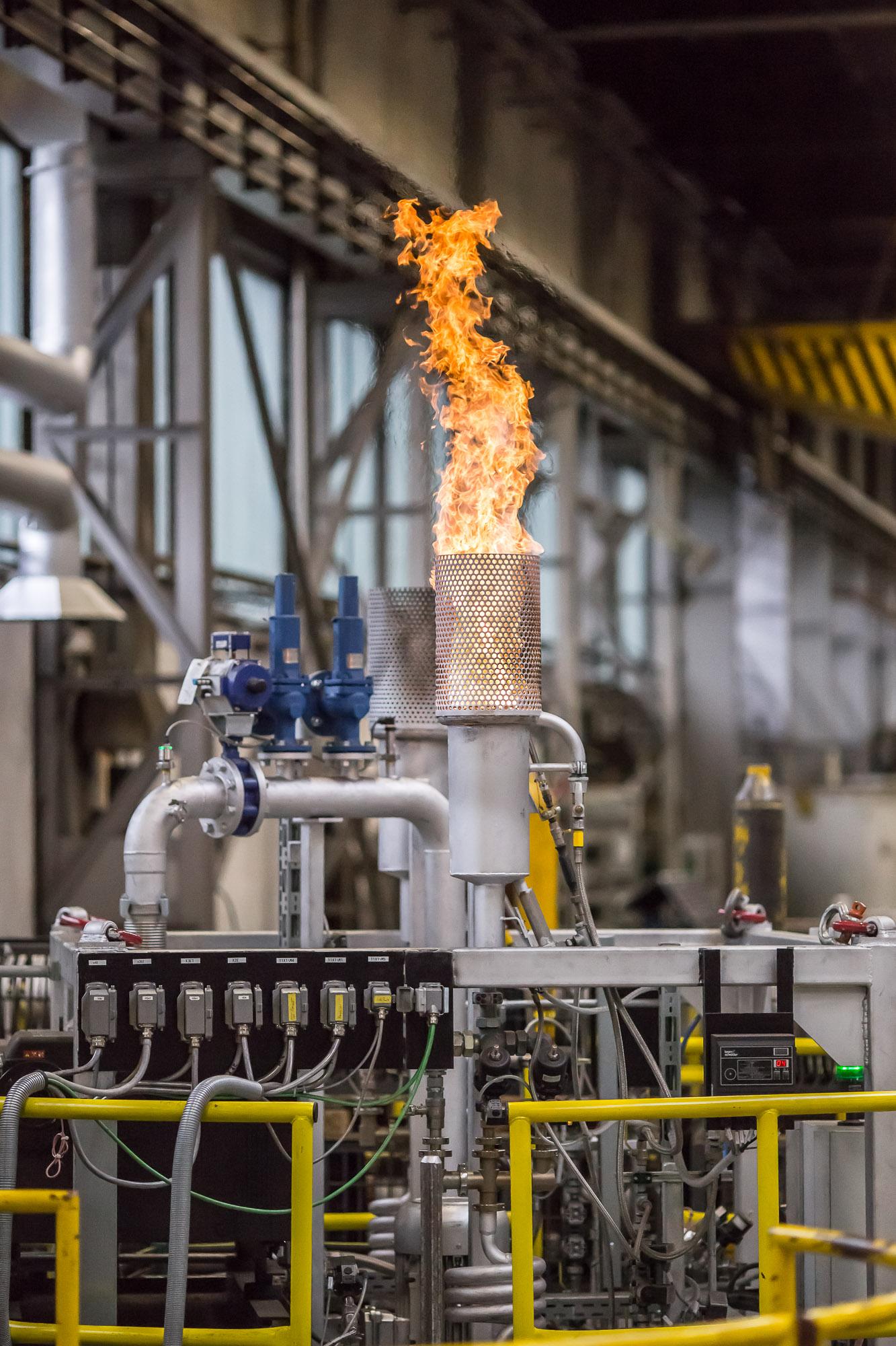 In den Öfen, die man für die Oberflächenveredelung einsetzt, werden die Metallteile erhitzt und bestimmten Atmosphären ausgesetzt, um sie zu vergüten. Die Gaszusammensetzungen sind für das Ergebnis des Prozesses von entscheidender Bedeutung, ebenso wie die Temperaturen. Bild: Bürkert