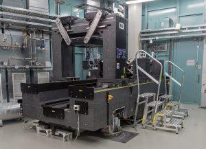 Die massive Granitgrundkonstruktion sorgt für die notwendige Gesamtsteifigkeit des Systems. Hoverpads ermöglichen ein einfaches Verschieben der 20 Tonnen schweren Maschine. Bild: PI