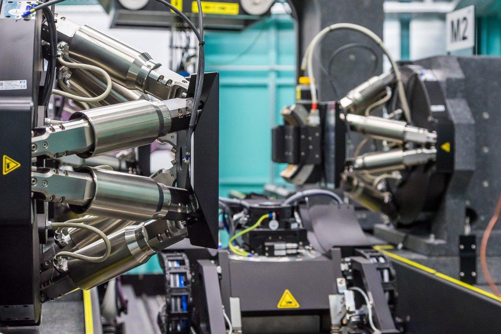 Hexapoden richten die Röntgenoptiken in bis zu sechs Achsen aus. Zusätzliche Goniometer ermöglichen eine Rotation um den Strahlengang. Bild: PI