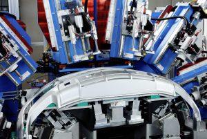 Für das Stanzen der Hohlräume in den Stoßfängern hat F.T. Famat Srl entsprechene Schneidanlagen mit verschiedenen Ultraschallsystemen und hochpräziser Mechanik entwickelt. Bild: Telsonic/F.T. Famat Srl