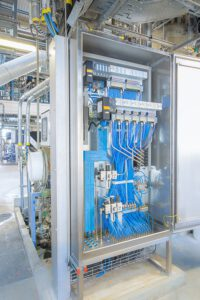 Seit der Einführung intelligenter Ventilinselsysteme ist Bürkert auch im Schaltschrankbau zu Hause. Hierbei liegt der Hauptfokus auf elektropneumatischen Systemen für die Prozessindustrie und Schaltschränken der Schutzart Ex e (erhöhte Sicherheit) für den explosionsgefährdeten Bereich. Bild: Bürkert