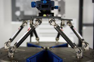 Der Hexapod H-860 mit magnetischen Direktantrieben bietet Simulationsfrequenzen von bis 30 Hz und fährt vordefinierte Trajektorien, Sinuskurven und frei definierbare Bahnen mit hoher Bahntreue ab. Bild: DXOMARK