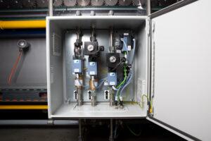Prinzipieller Aufbau: In jedem der drei Schaltschränke sind zur Regelung der Gaszufuhr drei Massendurchflussregler integriert. Bild: schwartz GmbH