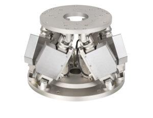 Der Hexapod H-824 positioniert die Kalibrierkugel und vor dem eigentlichen Messvorgang auch den Prüfling. Hierbei müssen Soll- und Istpositon sehr genau übereinstimmen. Bild: PI