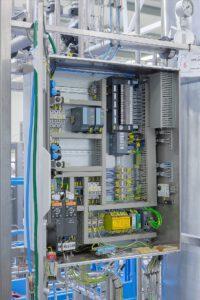 Durch die Nutzung der EVS-Funktion können mit wenig Aufwand einzelne sichere Notauskreise auf der Ventilinsel realisiert werden. Bei einer externen Abschaltung bleibt die interne Kommunikation auf der Ventilinsel unberührt. Bild: Bürkert/ZETA