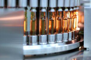 Vielfältiger Werkstoff Glas für Flaschen, Ampullen, Spritzen etc. Bild: Robert Gerhardt – stock.adobe.com