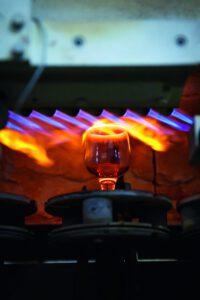 """Die sogenannte Feuerpolitur, die beispielsweise für die """"Veredelung"""" von Weingläsern eingesetzt wird, erfordert eine exakt dosierte Gasmischung. Bild: Piotr Piatrouski – stock.adobe.com"""