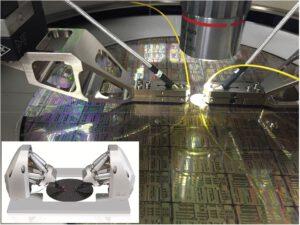 Cascade Microtechs CM300 Waferprober integriert das Fast Multichannel Photonics Alignment-System von PI (kleines Bild) für die Überprüfung von Silizium-Photonik-Bauelementen auf dem Wafer. Bild: Cacade Microtech, division of FormFactor Inc.