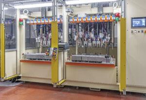 Die Kunststoffbearbeitungsmaschine besteht aus zwei Teilen, sodass die Panels für die linke und rechte Tür gleichzeitig geschweißt werden können. Bild: CEMAS Elettra