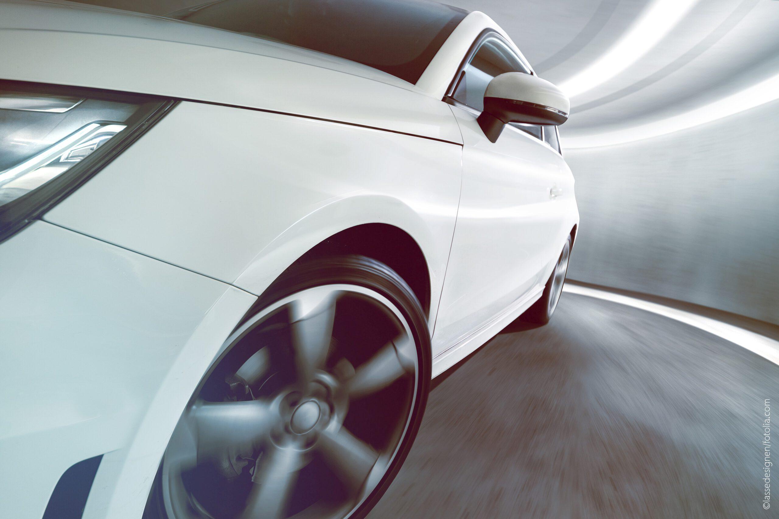Das Reifen-Fahrbahn-Geräusch ist eine der Hauptkomponenten des Außengeräusches von Kraftfahrzeugen, da nicht nur die Antriebe von Elektrofahrzeugen, sondern auch moderne Verbrennungsmotoren immer leiser arbeiten. Bild: lassedesignen/fotolia.com