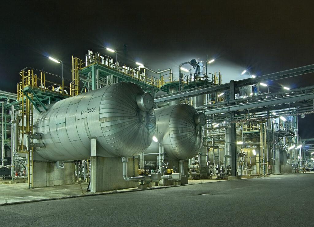 In Anwendungen mit Explosionsgefährdung wie z.B. der chemischen Industrie ist die Zündschutzart Überdruckkapselung (Ex p) oft eine praxisgerechte Lösung. Bild: Jürgen Feldhaus / Fotolia