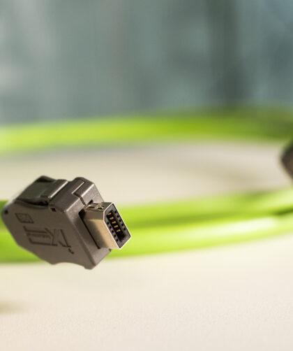 Der Kategorie 6A Industrie-Steckverbinder ix industrial von HIROSE mit Ethernet Leitungen von HELUKABEL. Bild: Helukabel